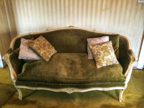 Vendo menaje de casa. muebles antiguos, sofas, mesas etc