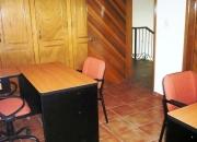 oficina con muebles y servicios