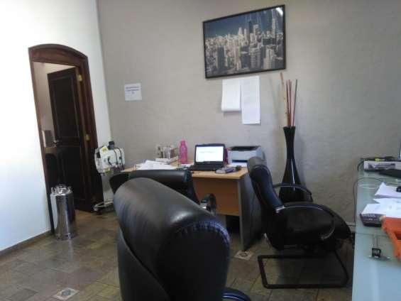 Fotos de Amplia oficina con closet en galerías 6