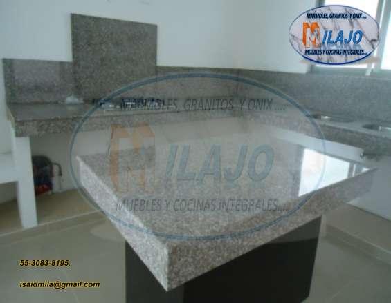 Hermosa cubierta o barra para cocina en granito natural gris claro