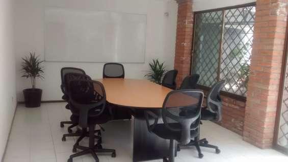 Amplia sala de juntas disponible para tus reuniones.